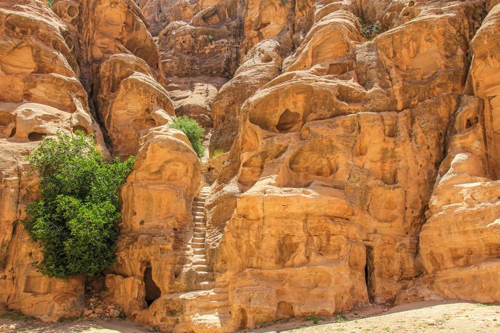 scalinata scolpita nella roccia in mezzo alla parete
