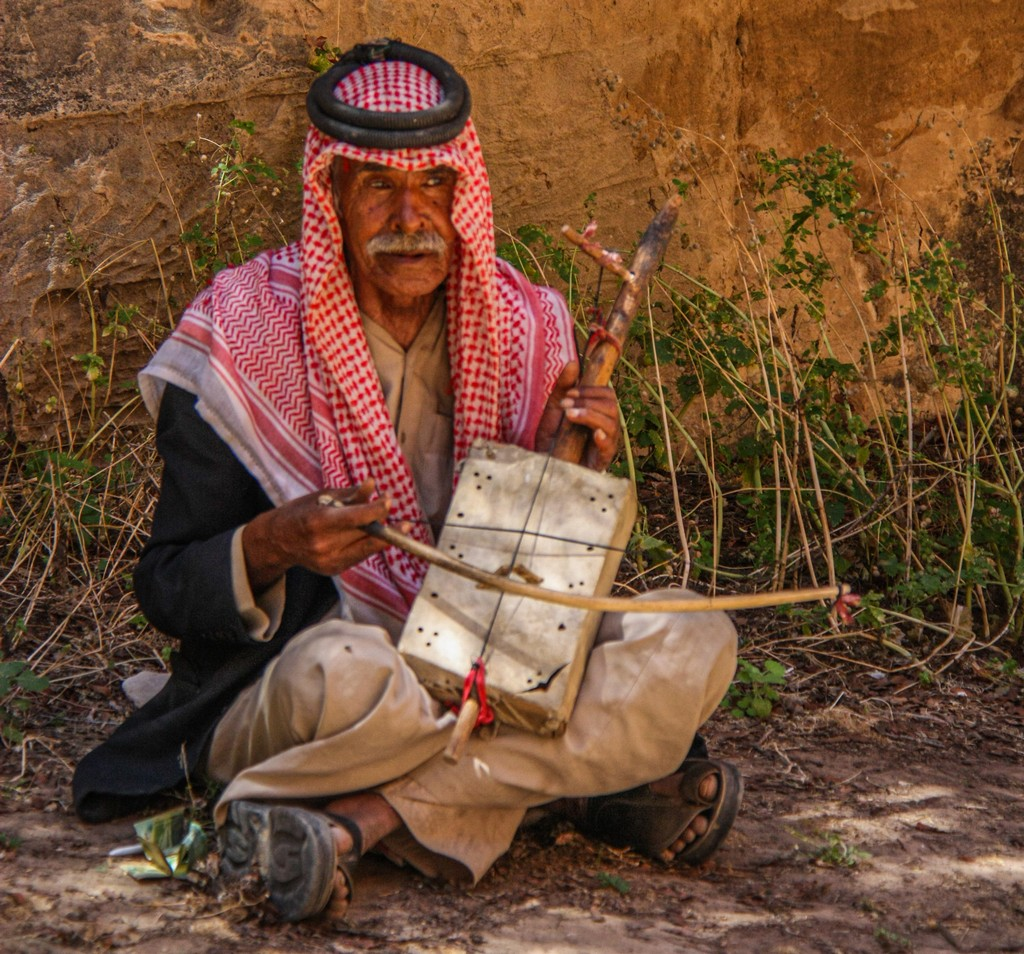 suonatore di strumento a corda tradizionale