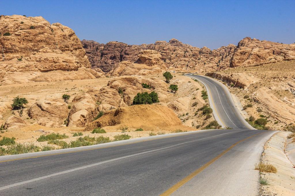 strada che serpeggia fra le rocce