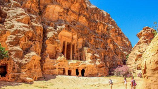 parete di roccia scolpita in profondità all'interno di un canyon con persone che guardano