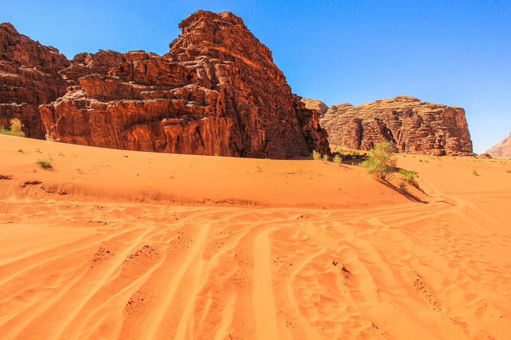 sabbia rossa e colline rocciose del deserto giordano