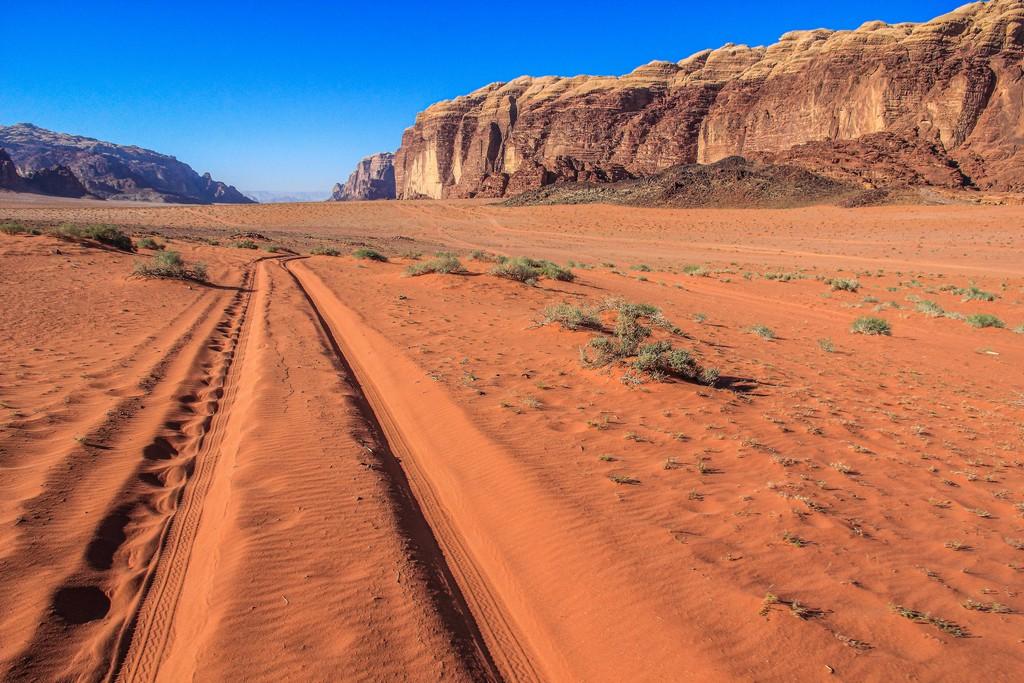 sabbia rossa e colline rocciose del deserto giordano e traccia