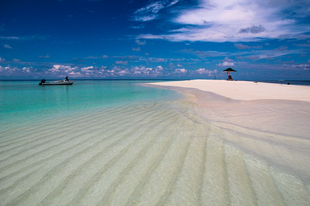 Maldive o Polinesia Francese donna su sandbank spiaggia bianca e laguna azzurra