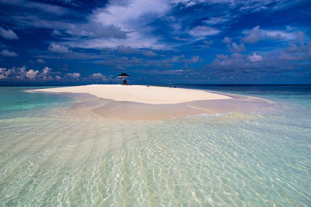 Organizzare Maldive fai da te donna su sandbank spiaggia bianca e laguna azzurra