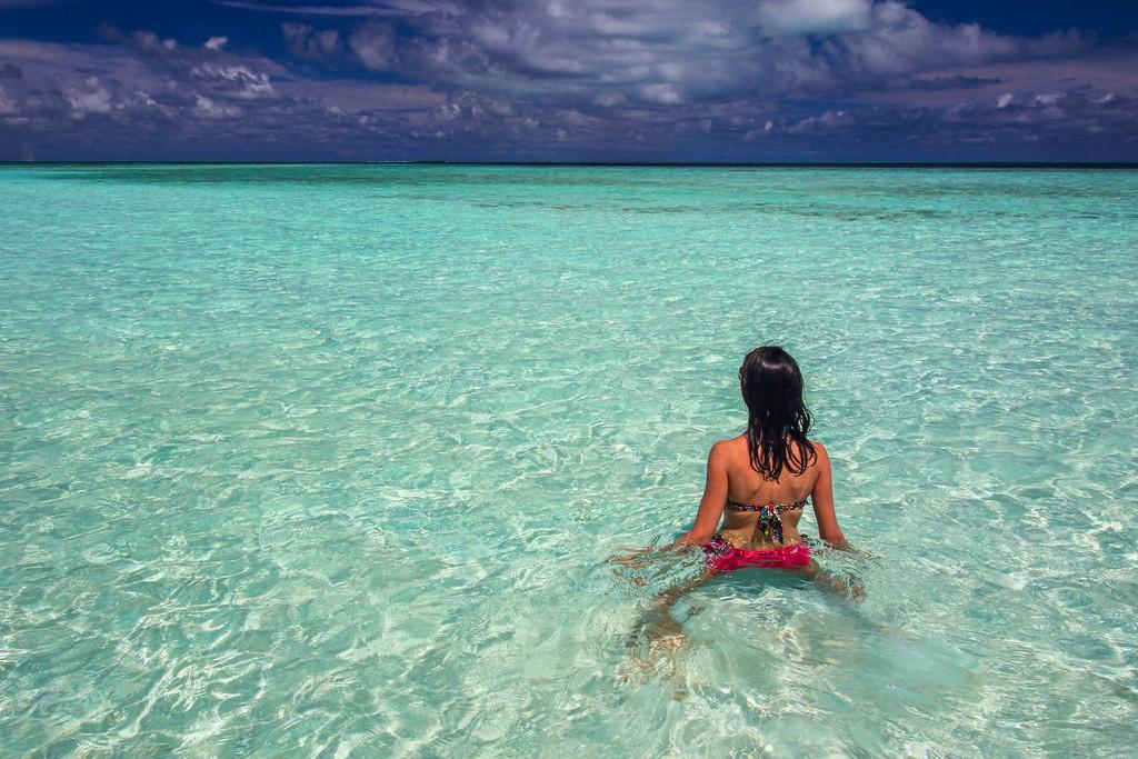 donna in laguna azzurra