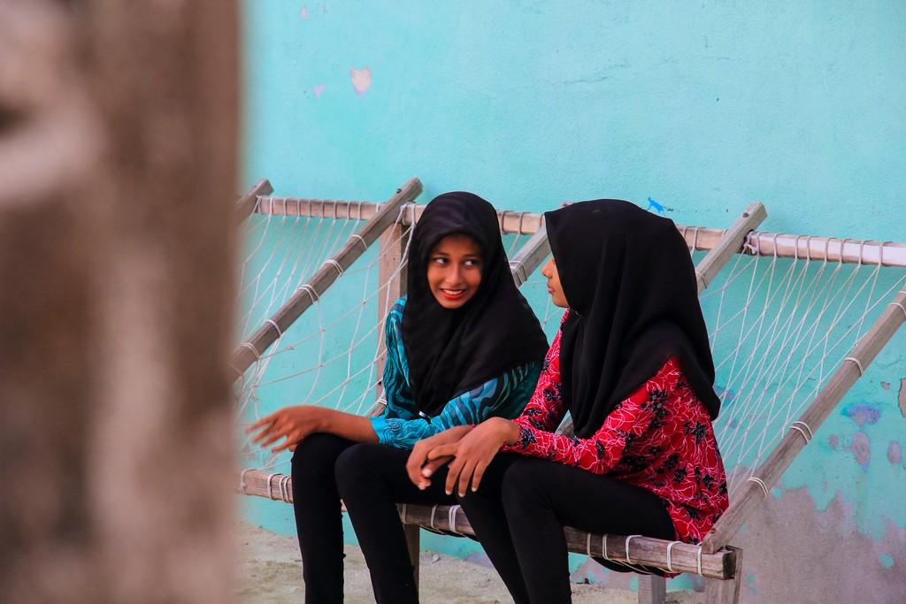 Organizzare Maldive fai da te ragazzine con velo parlano fra loro