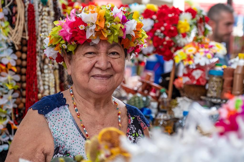 signora con corona di fiori al mercato di papeete
