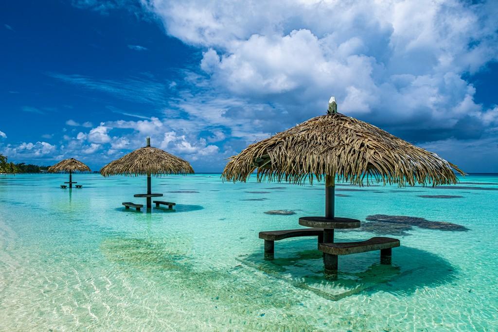 ombrelloni nell'acqua con posti per sedersi