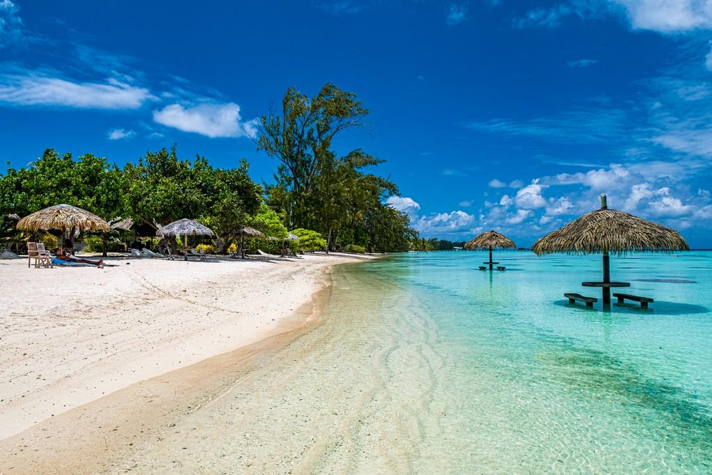 vista della spiaggia con ombrelloni e sdraio