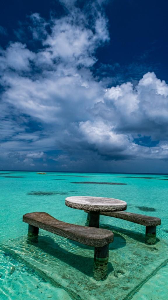 tavolo di pietra nell'acqua con nuvole
