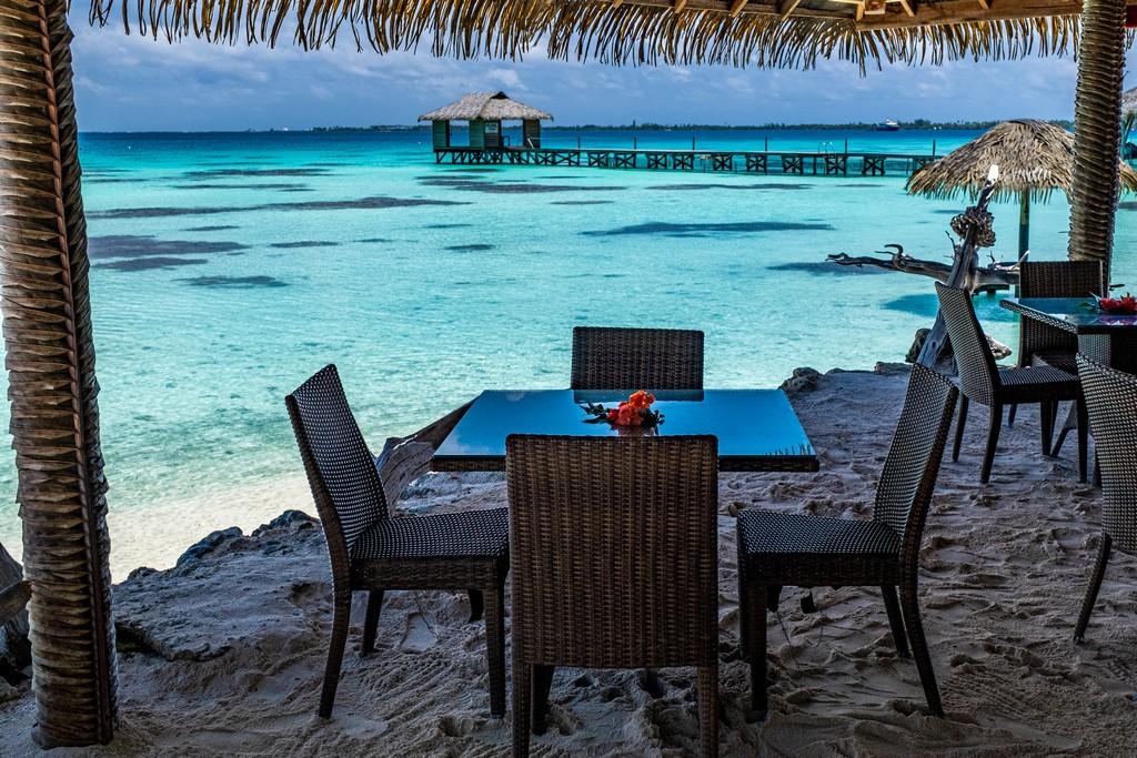 tavolino e sedie sulla spiaggia