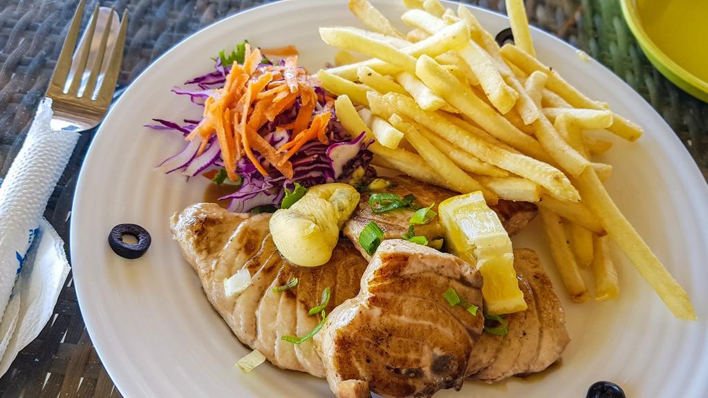 piatto di tonno patatine e insalata