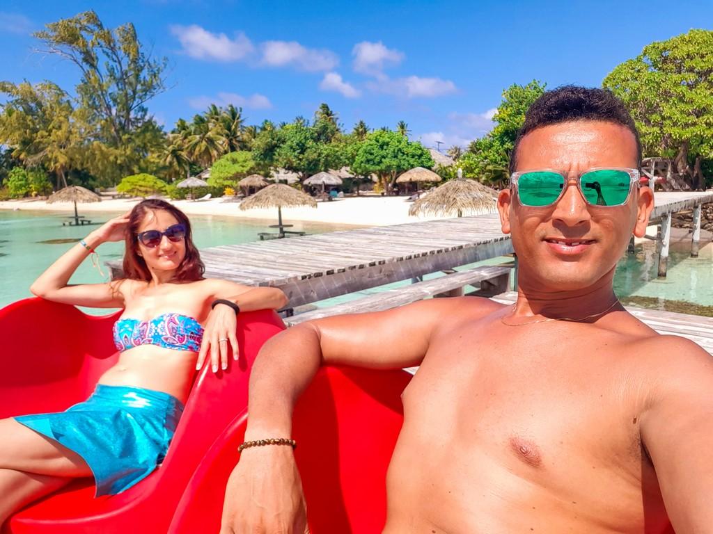 coppia su sedie rosse in spiaggia