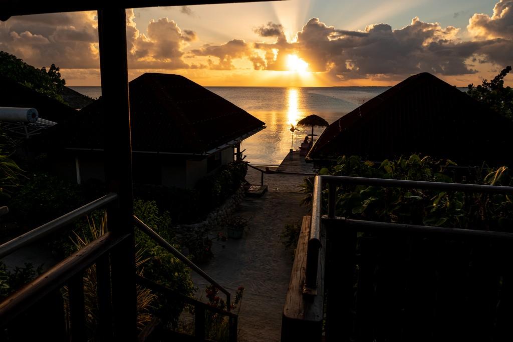 tramonto sul mare con nuvole e case