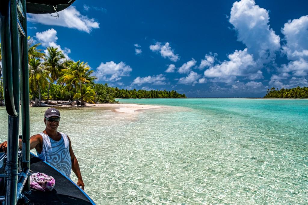 barca vicino a isola con persona