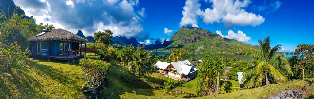 panoramica di un bungalow sulla collina con vista sulla montagna e mare