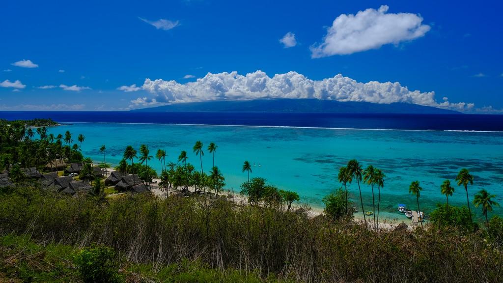 vista di isola montuosa con nuvole