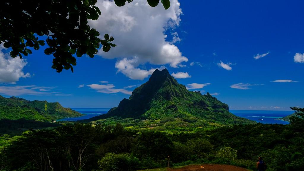 vista di due baie separate da una montagna