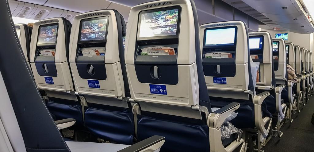 file di sedili su aereo