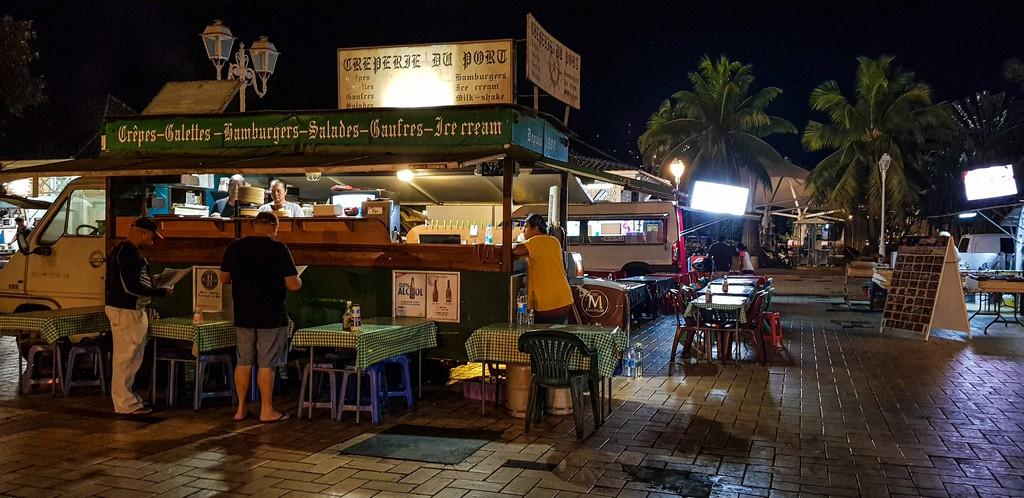 food truck all'aperto di sera con clienti