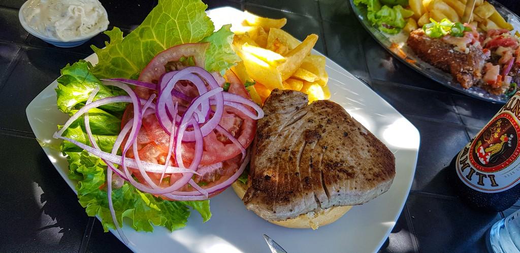 piatto di tonno grigliato con verdure e patate fritte