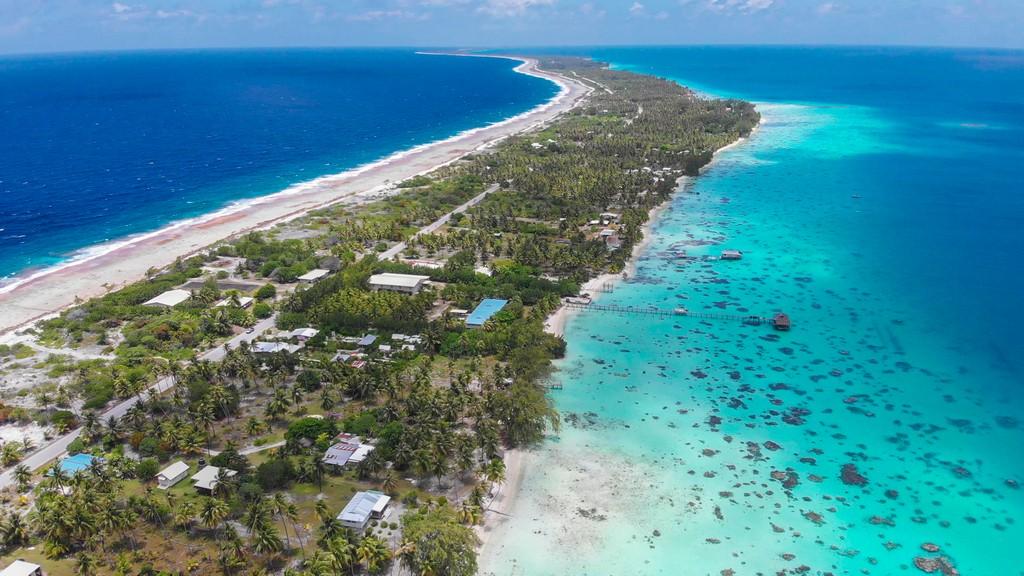 guida a Fakarava fai da te vista aerea di una striscia di terra fra laguna e oceano