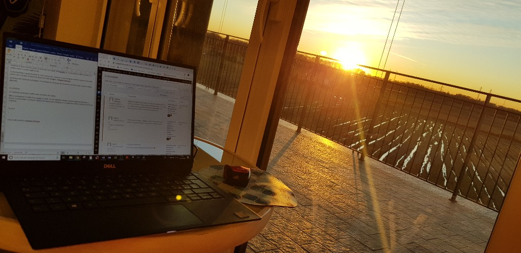 computer su tavolino al tramonto