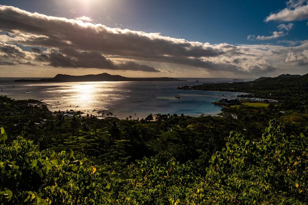 vista panoramica sulla costa al tramonto con nuvole