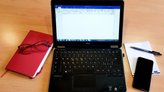 computer acceso con quaderni smartphone