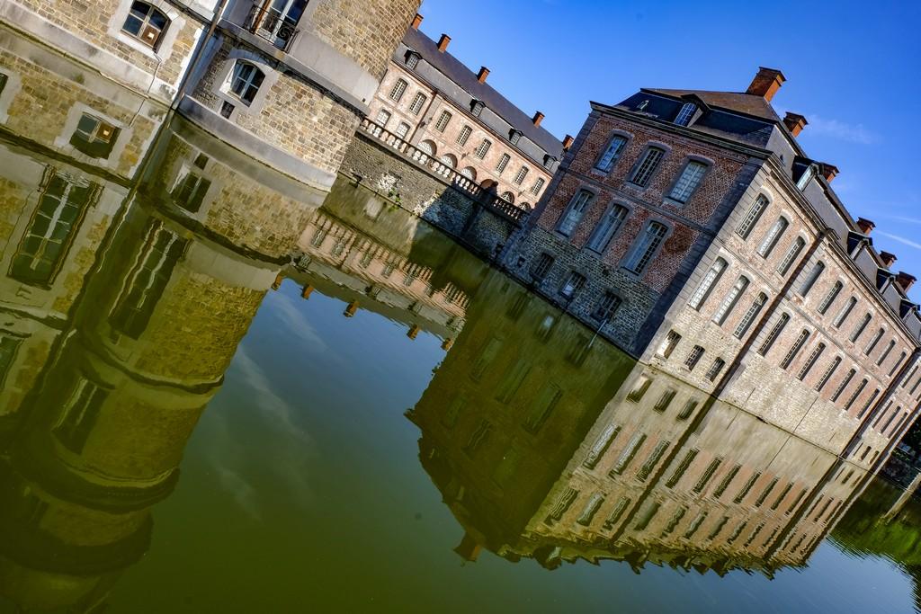 riflesso del castello delll'acqua del fossato