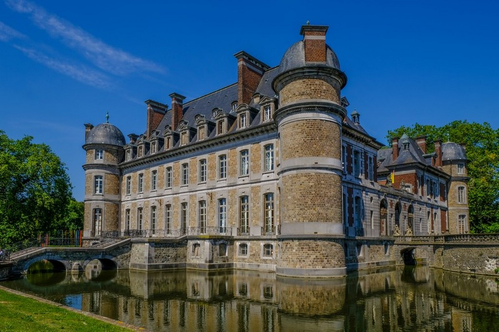 castello visto dal giardino con il riflesso nell'acqua