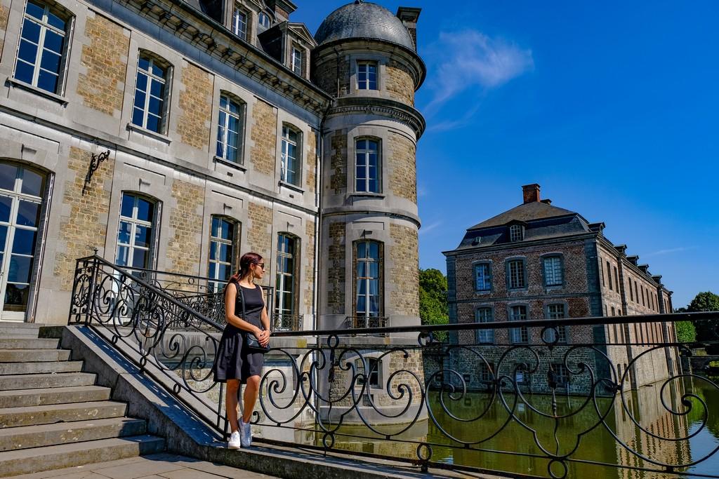ragazza guarda il fossato dalla scalinata di ingresso del castello