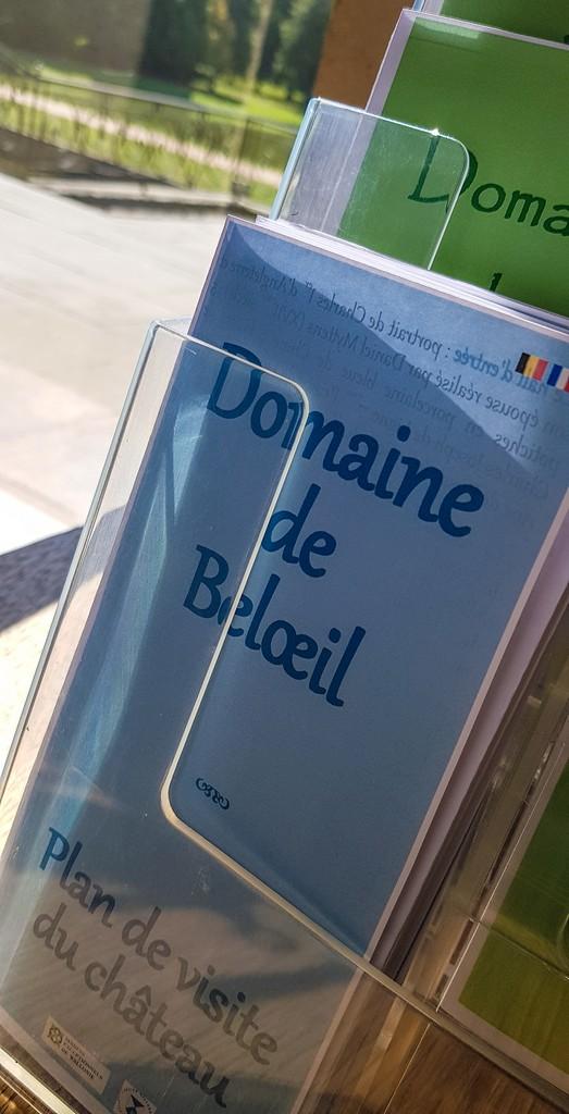 brochure informative su sfondo giardino