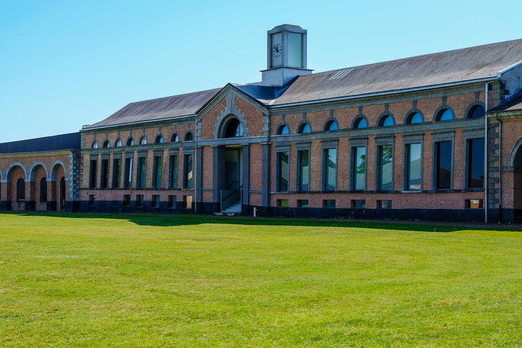vista edificio di stile neoclassico con mattonicini rossi