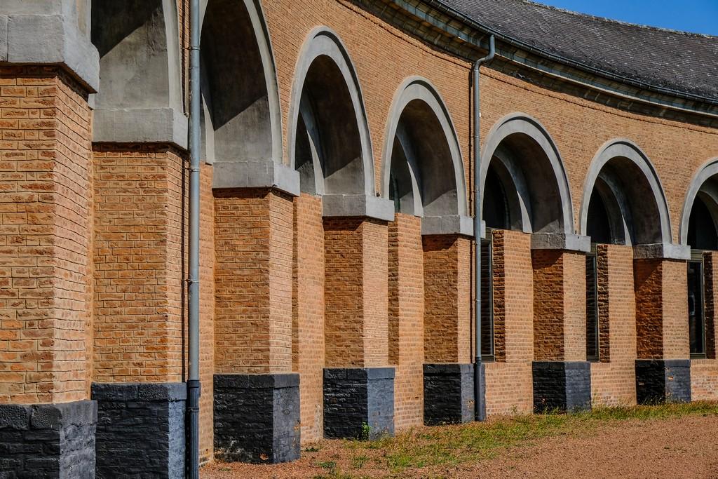 mura di mattoni arancioni con archi