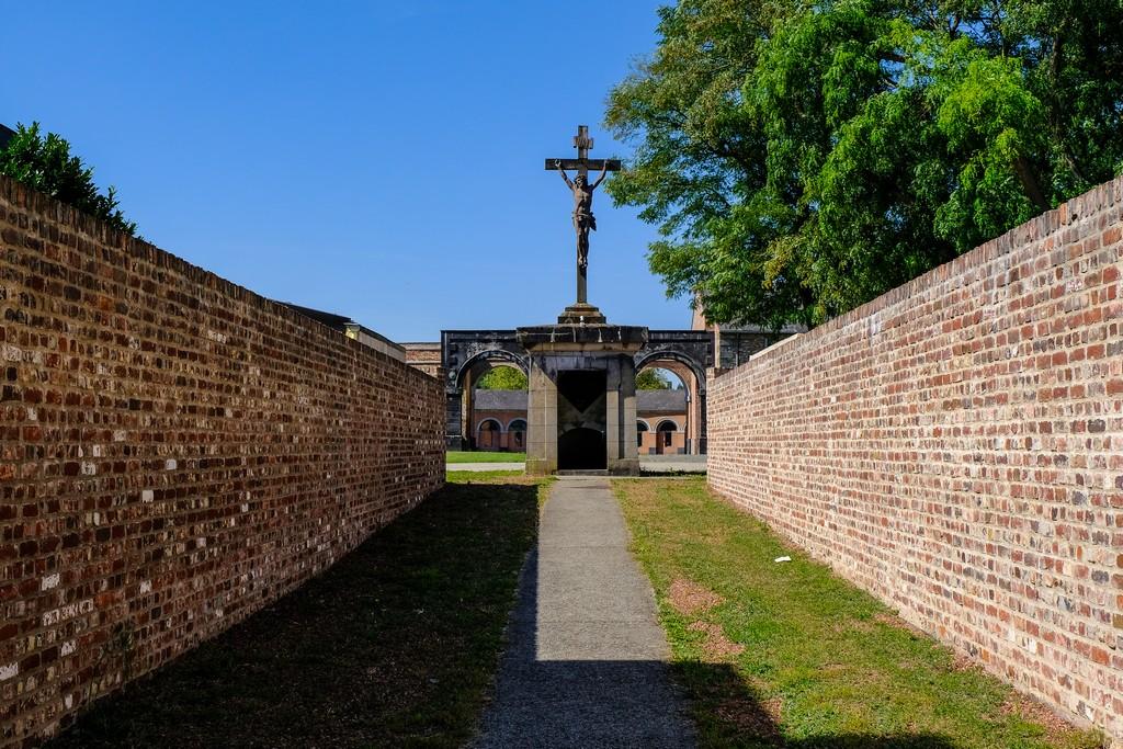 crocifisso con mausoleo cripta sotterranea