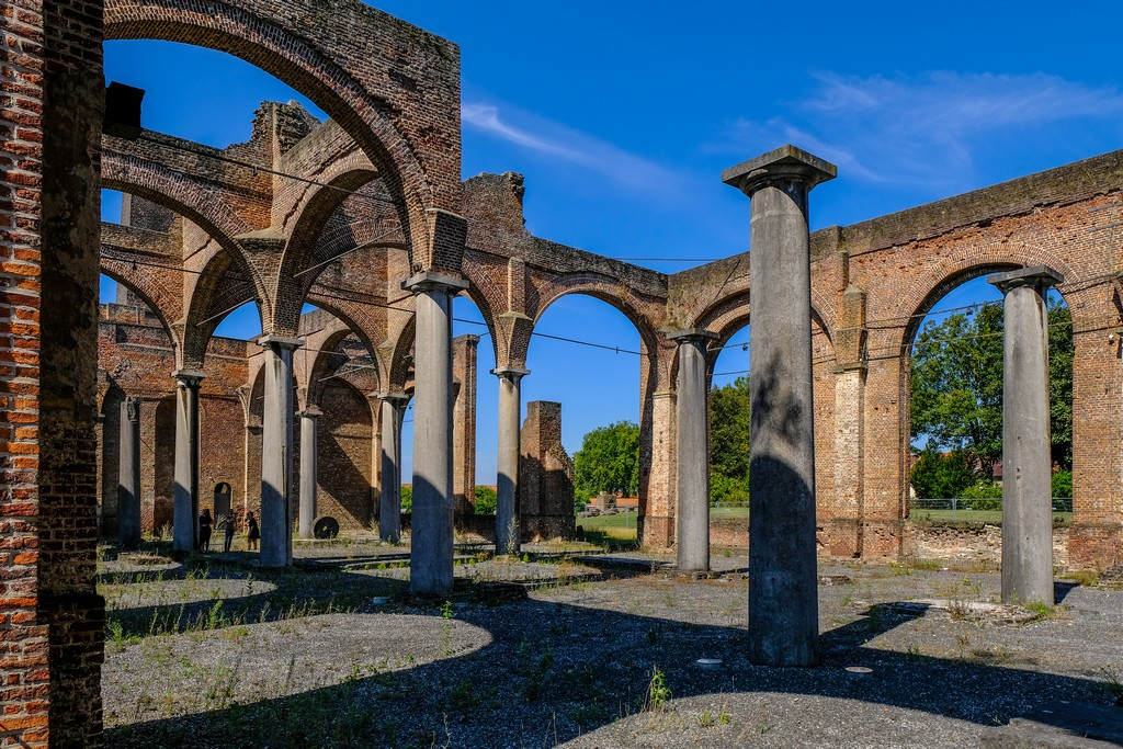 colonne sorrengono archi senza tetto