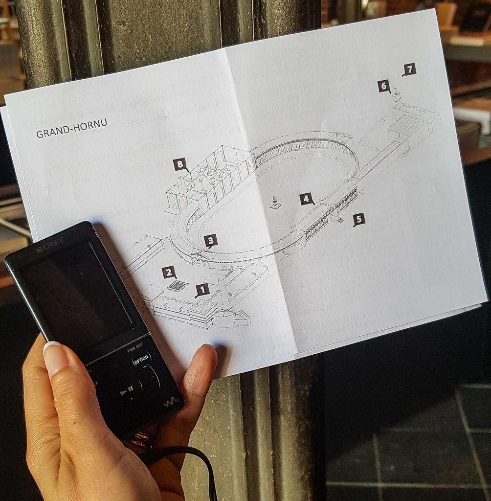 audioguida e mappa in mano