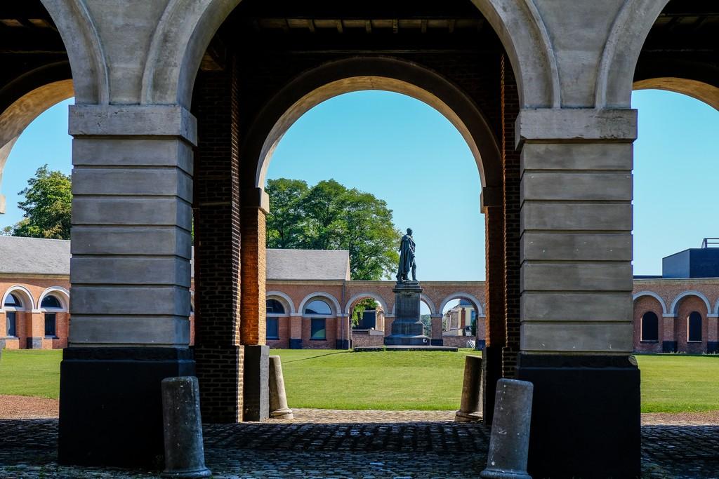 vista sulla statua dall'arco