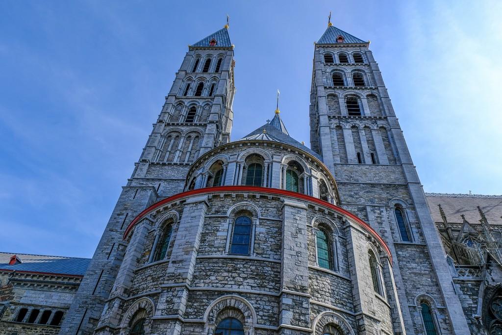 cattedrale vista lateralmente con campanili in primi piano