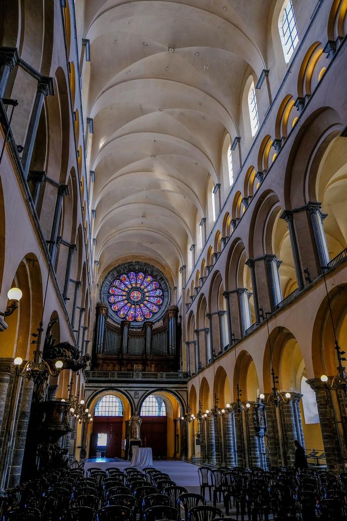 navata centrale della cattedrale con vista sugli archi laterali e il rosone con l'organo