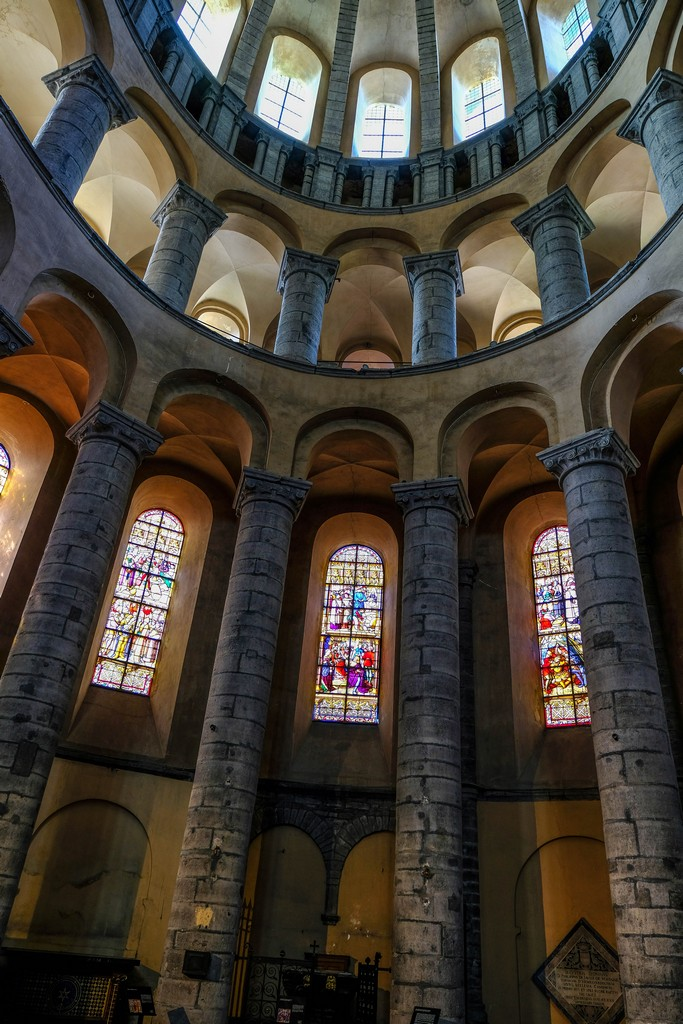 particolare dell'interno della cattedrale con vetrate colorate e colonne a raggiera