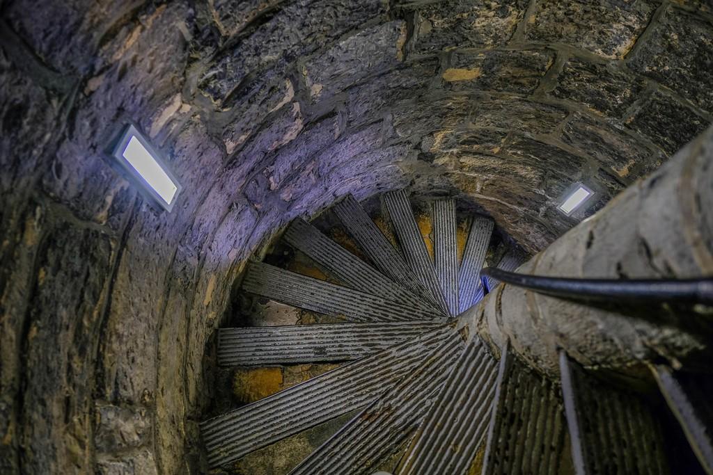 vista d'alto della tromba delle scale con due piccole finestre