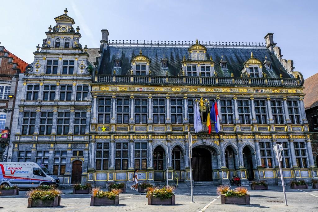 vista edificio con decori oro e frontone decorato