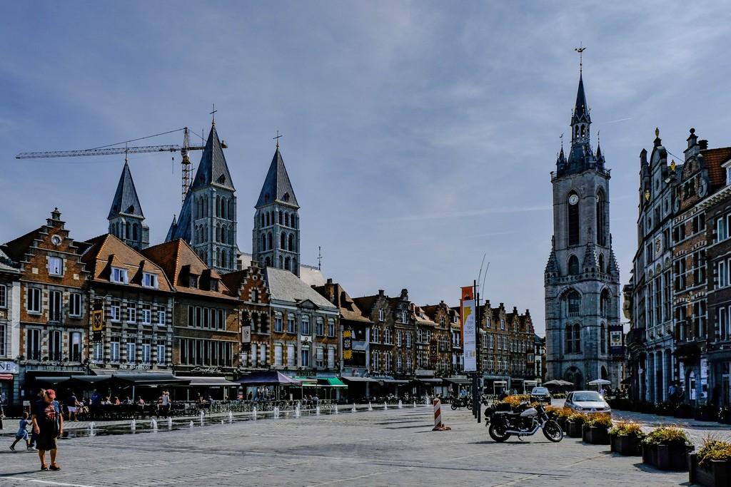 grand place con beffroi, case e cattedrale in ristrutturazione