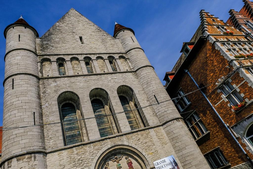 vista della facciata della chiesa e frontoni laterali delle case