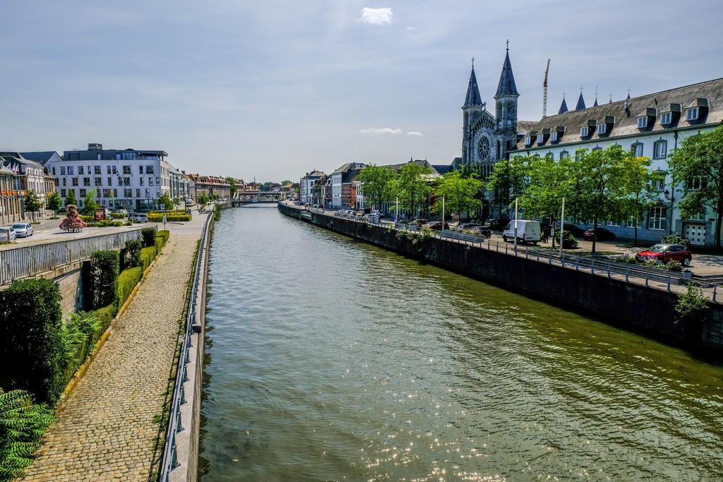 fiume che attraversa una città e cattedrale