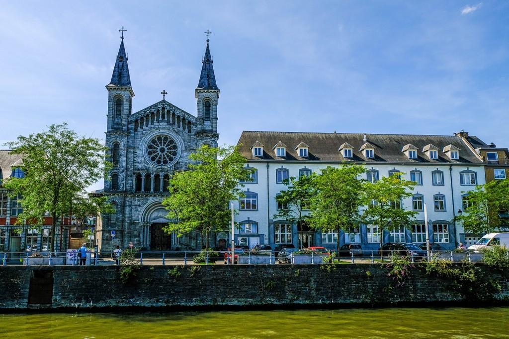 vista frontale della chiesa che si affaccia sul fiume