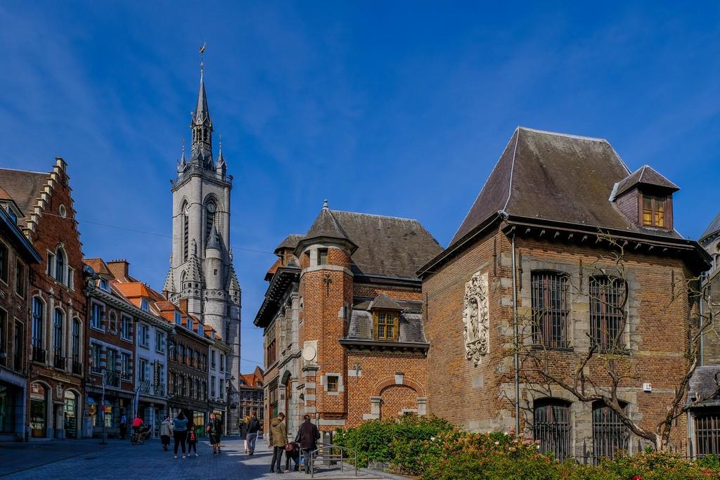 vista del beffroi dalla città con case antiche in primo piano
