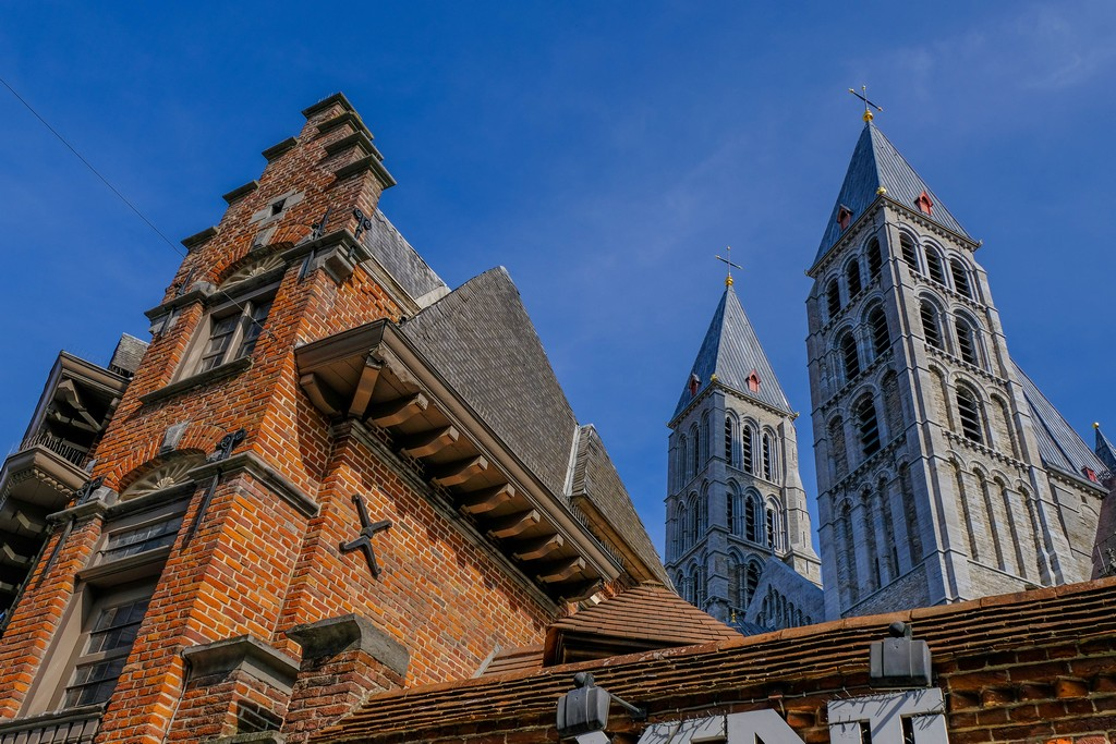 vista delle guglie della cattedrale dal basso con un frontone in primo piano